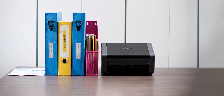 Brother PDS-5000 nagy kapacitású dokumentum szkenner A4-es mappákkal az asztalon