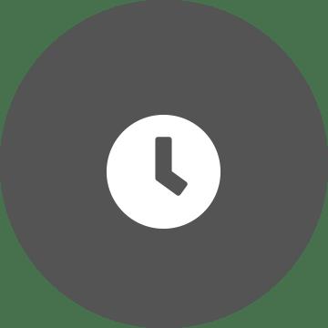 Fehér óra egy szürke kör háttérben