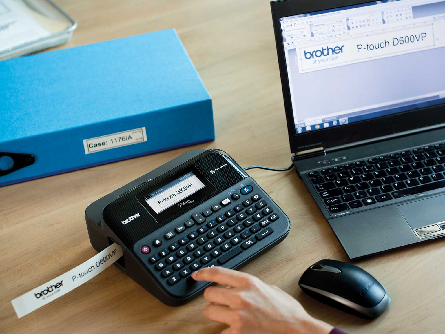 P-touch tartós címkenyomtató számítógéphez csatlakoztatva egy irodai íróasztalon