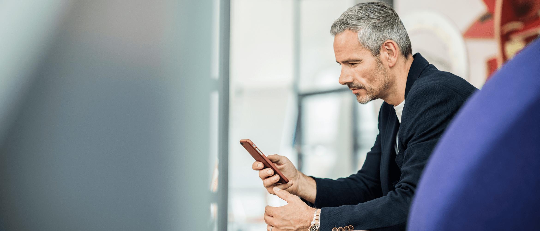 brother-bs-mobile-cloud-google-cloud-print férfi mobillal