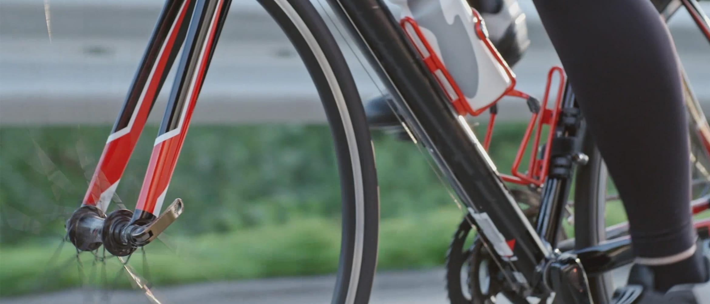 biciklis piros kerékpáron