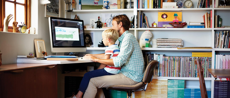 apa és fia ül az asztalnál és dolgoznak