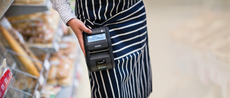 Kereskedelmi dolgozó RJ-3150 Brother készüléket visel a ruháján és nyomtat vele