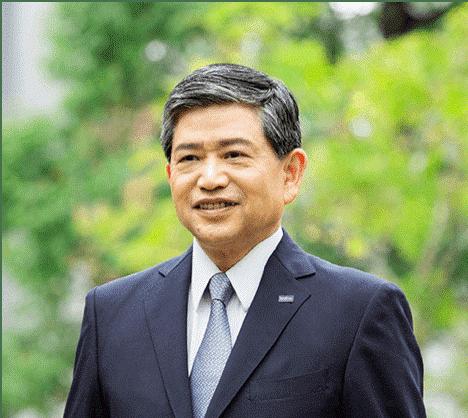 Ichiro Sasaki - A Japán Brother Industries Igazgatója és Elnöke - a fotón öltönyben és nyakkendőben, zöld háttér előtt látható