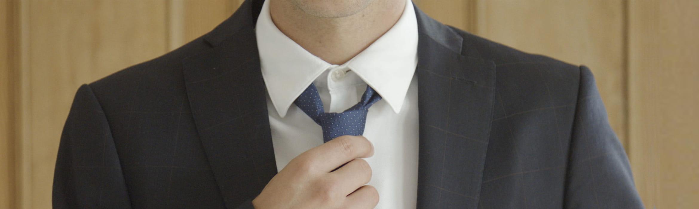 Férfi öltönyben és nyakkendőben