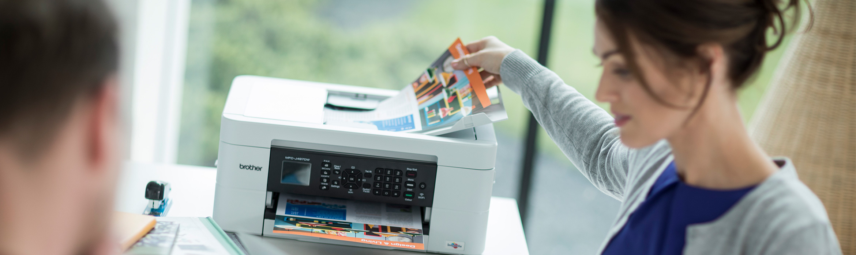 Hölgy dokumentumot vesz ki a nyomtatóból