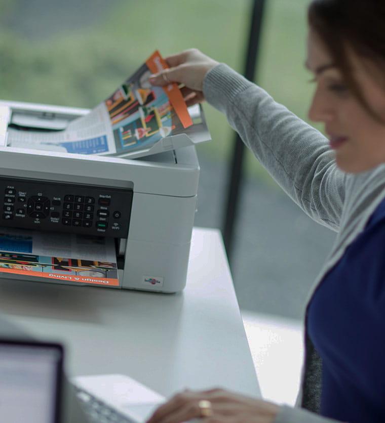 Hölgy vesz ki dokumentumot egy nyomtatóból