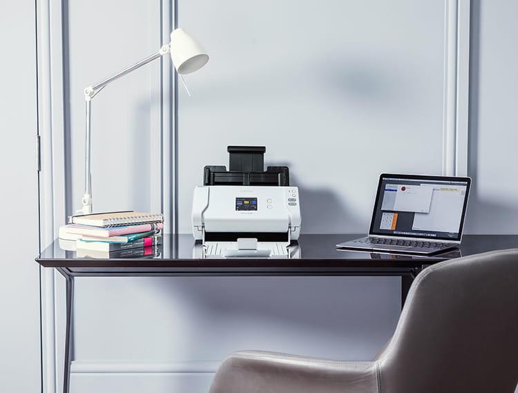 Brother szkenner fa otthoni irodai íróasztalon