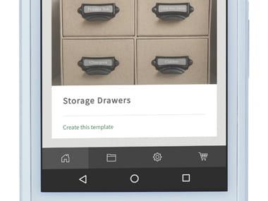 P-touch Design&Print applikáció okostelefonon egy alkalmazást mutat be. (Tároló fiókban)