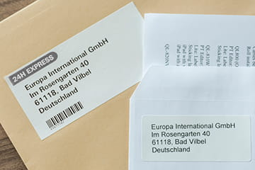 A Brother DK elővágott címke, közvetlenül a Brother DK folytonos címke mellett, borítékokra ragasztva