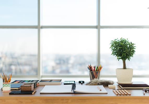 fotó egy asztalról, amelyen kinyitott notesz látszik