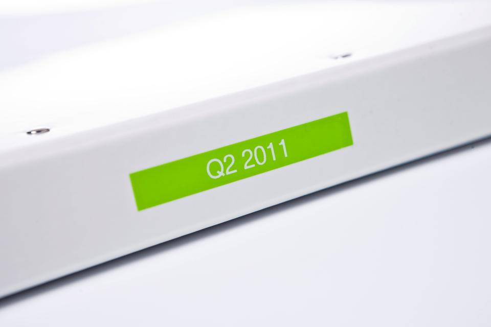 Eredeti Brother TZe-MQG35 laminált szalag – Lime zöld alapon fehér, 12mm széles 4